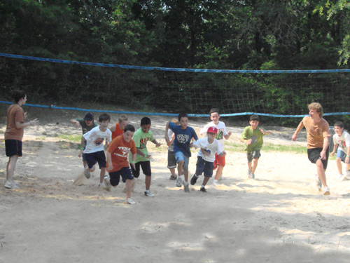 kids_on_sand_volley_court
